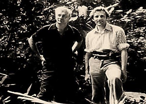 El legendario János Móricz posando a la izquierda, junto al ingeniero escocés Stanley Hall, líder de la expedición británica que descendería a Tayos en 1976