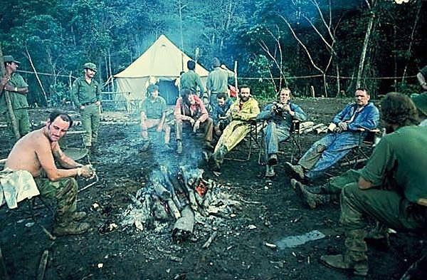 Neil Armstrong vestido de mono azul, observado por los miembros expedicionarios británicos, y que fuera invitado por su líder, Stanley Hall, para apadrinar la expedición