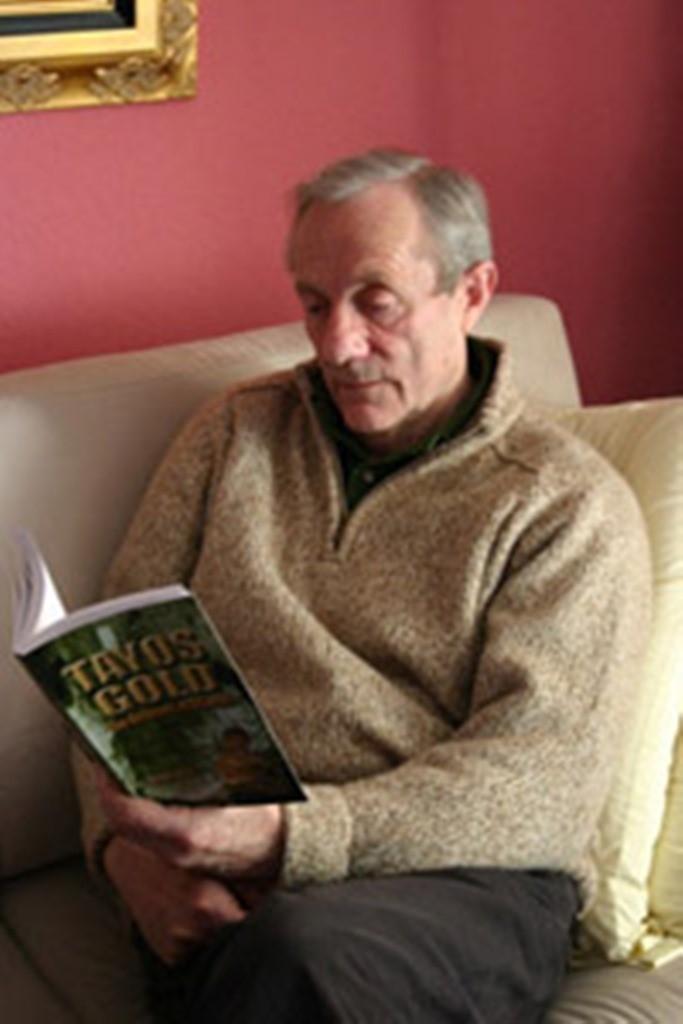 El enigmático estudioso escocés, Stanley Hall, leyendo Tayos Gold, Libro que escribiera antes de fallecer, narrando su experiencia de 1976