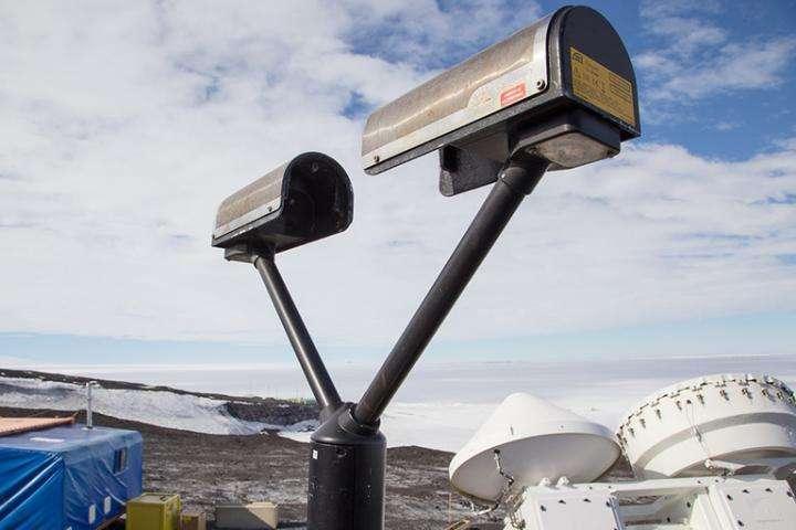 Este disrómetro láser mide la precipitación a medida que pasa a través de un rayo láser en forma de abanico