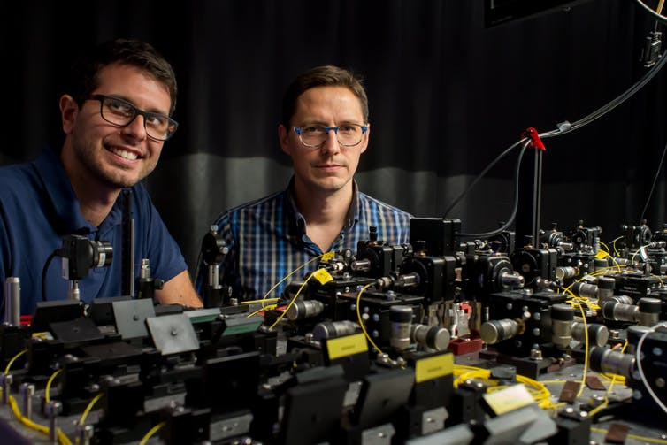 Investigadores con el experimento realizado