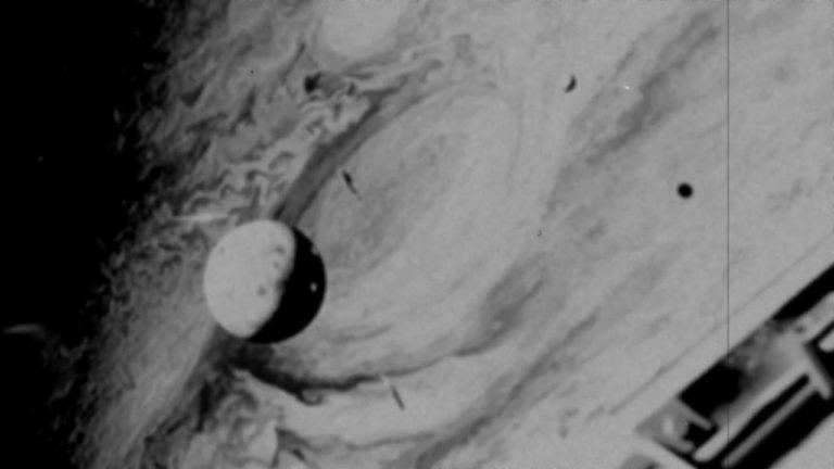 Hallan USB con fotografías y vídeos de planetas y OVNIs de inicios de 1900