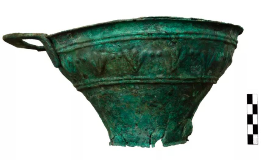 Un jarrón de cobre encontrado en el sitio