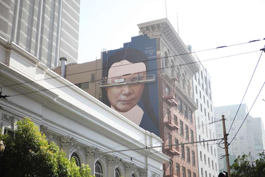 El mural de Greta Thunberg se puede ver caminando hacia el sur en la calle Mason, justo pasando Geary cerca de Union Square