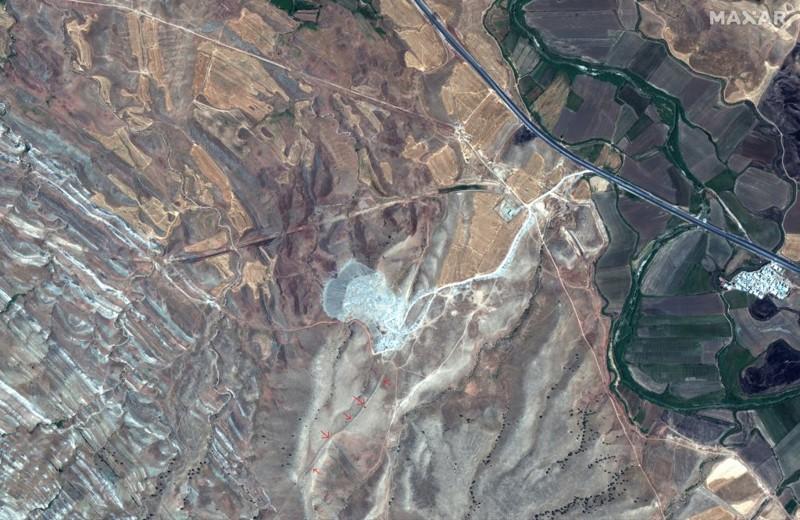 Esta imagen de satélite fue tomada el 31 de julio de 2019 por el satélite WorldView-2. Las flechas rojas muestran una sección sobreviviente del Muro de Gawri