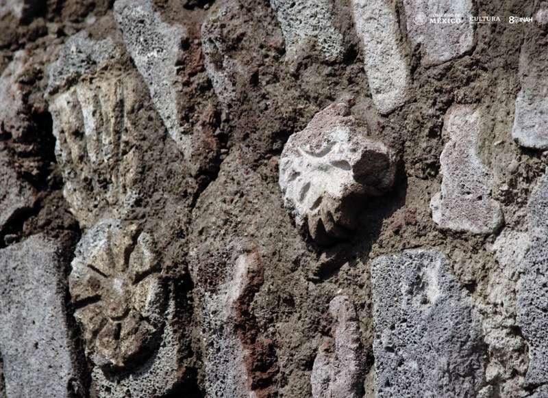 La cabeza de un ave de rapiña dibujada en la roca