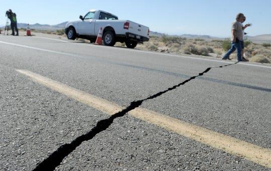 Al menos seis grietas se abrieron en la superficie de la autopista 178 al noreste de Ridgecrest durante el terremoto de 6.4 grados ocurrido en julio