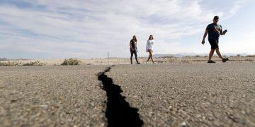 Autopista 178 junto a una grieta dejada en la carretera por un terremoto el domingo cerca de Ridgecrest, California