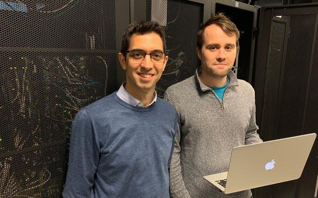 Izquierda: Profesor Max Garcia-Melchor y a la derecha: candidato a Ph.D. Michael Craig, esperan que su enfoque pueda ayudar a optimizar la creación y el almacenamiento de energía renovable