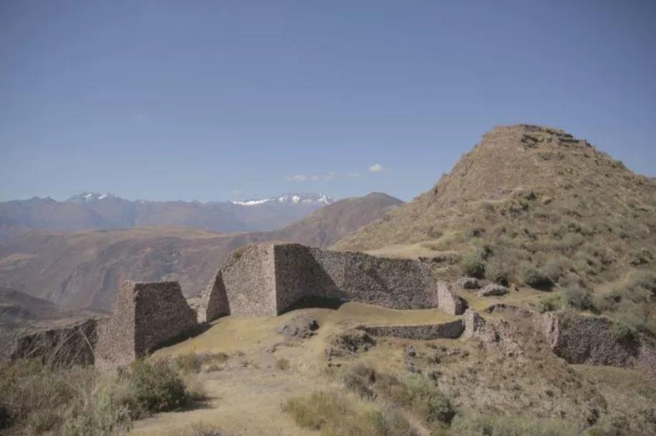 El sitio de la cima de la montaña Wat'a en Perú