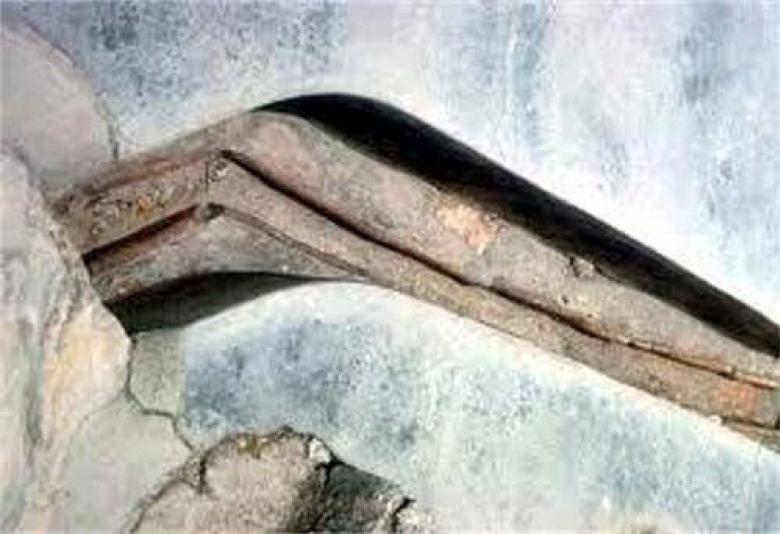Pirámide de Xiangyang. Algunas de las tuberías están ubicadas a orillas de un lago salado y dentro de la pirámide
