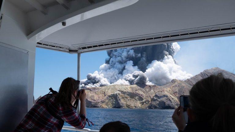 Vulcão explode na Nova Zelândia e deixa muitos mortos, feridos e desaparecidos