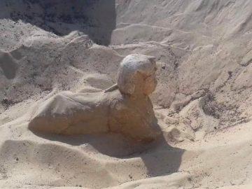 Una nueva Esfinge es descubierta al sur de El Cairo en Egipto