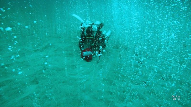 Buzos descubren un manantial «mágico» burbujeante bajo el océano