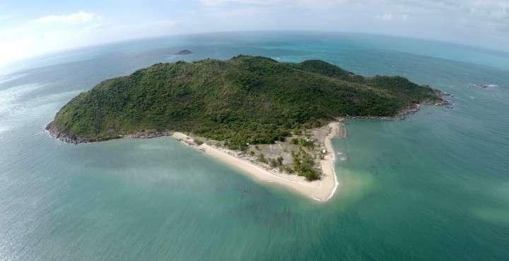 Ex millonario lleva más de 20 años viviendo en una isla desierta completamente aislado