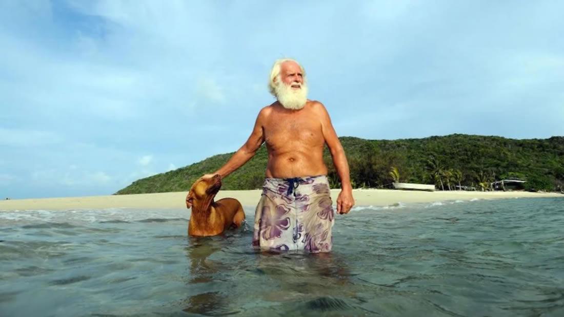 Ex millonario lleva más de 20 años viviendo en una isla desierta y alejado de la sociedad