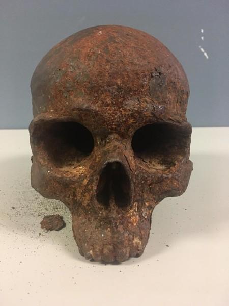 Extraña calavera de metal es hallada en Maine, EE.UU.
