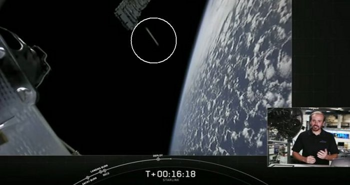 Enorme OVNI «cigarro» aparece durante despliegue de satélites en el espacio