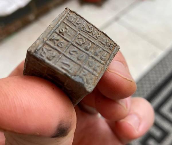 Pescador halla 60 «cubos mágicos» metálicos con inscripciones para invocar a un «demonio cósmico»