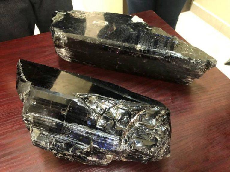 Las gemas de tanzanita encontradas por Saniniu Laizer. Crédito: Ministerio de Minerales de Tanzania / Reuters