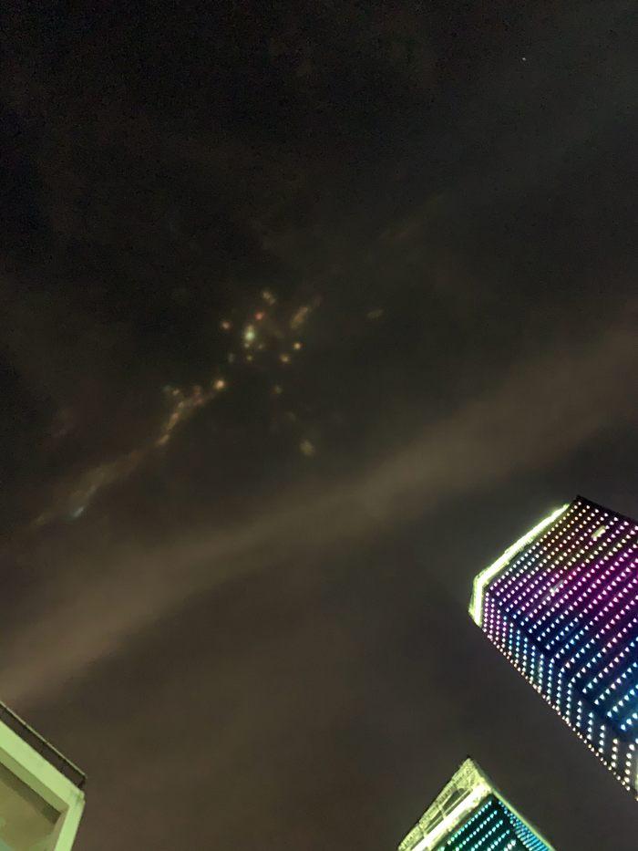 Luces de colores aparecen en el cielo nocturno de China causando sorpresa en población