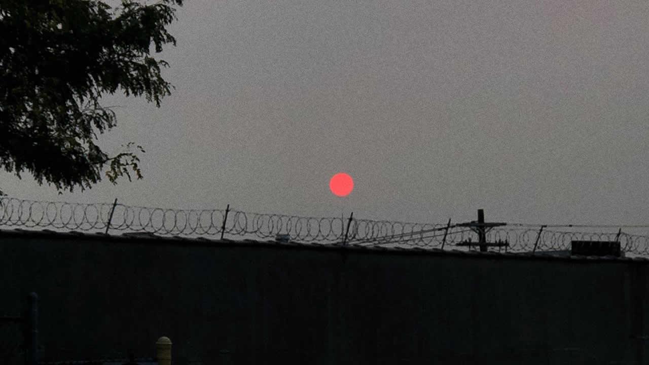 Humo de incendios forestales llega a New York y causa extrañas puestas de Sol