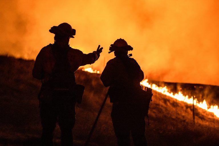 Incendios forestales siguen arrasando California. Decenas de miles tienen que evacuar.