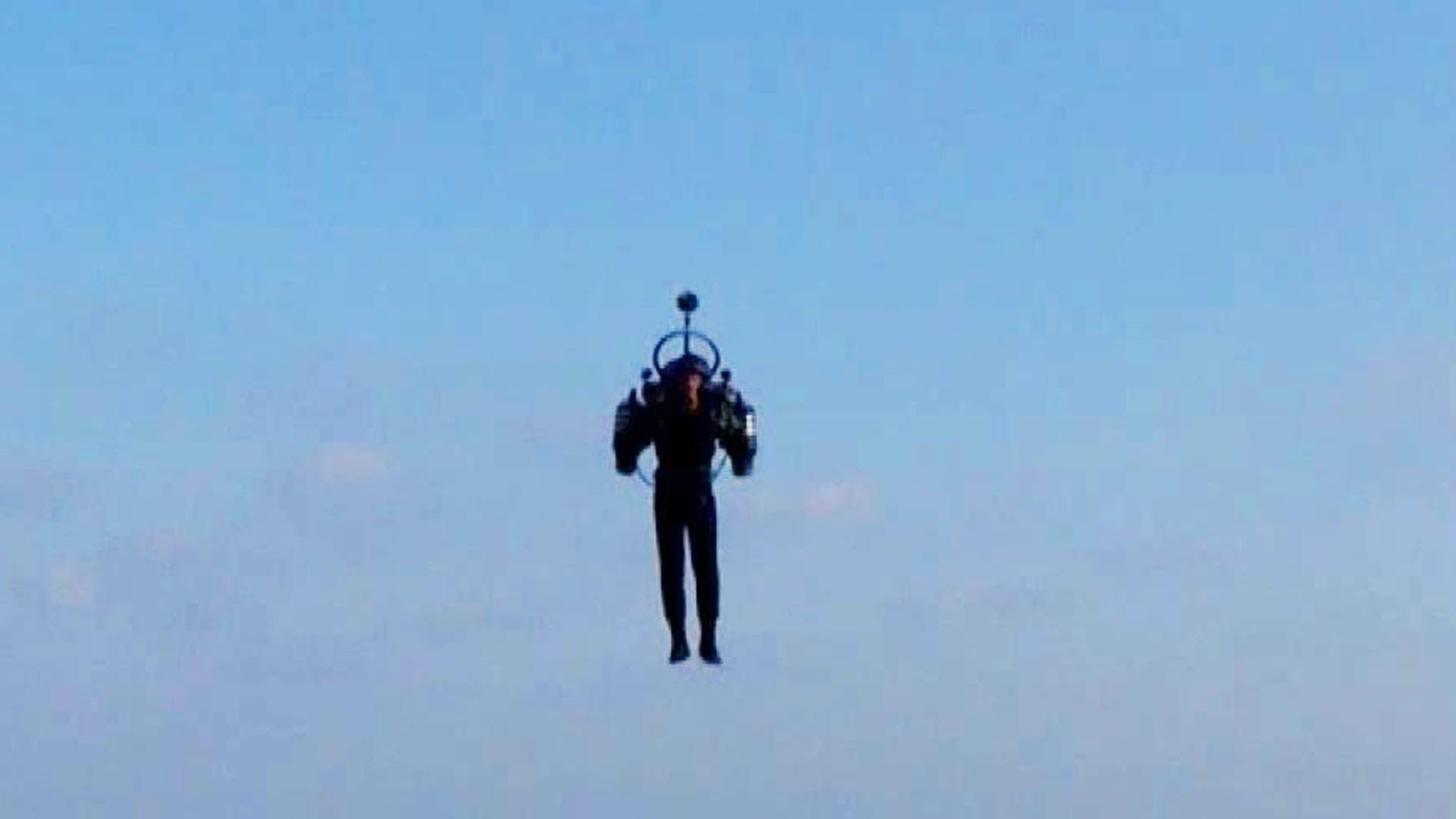 Piloto afirma ver una persona con «mochila propulsora» volando a 1.000 metros cerca de aviones en Los Ángeles