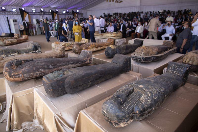 Revelan 59 antiguos ataúdes egipcios sellados con momias en su interior y hallados cerca de una Pirámide