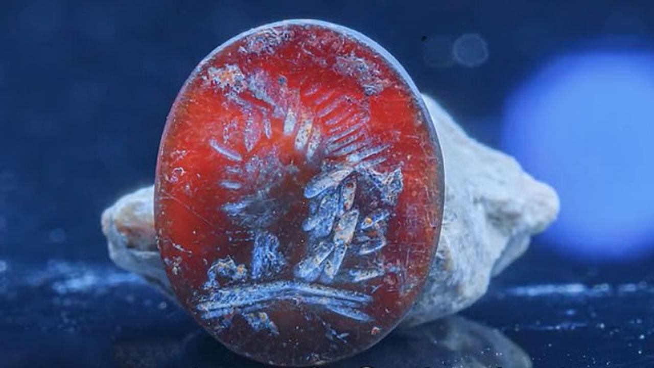 Hallan sello con la imagen del dios Apolo en el Muro de las Lamentaciones en Jerusalén