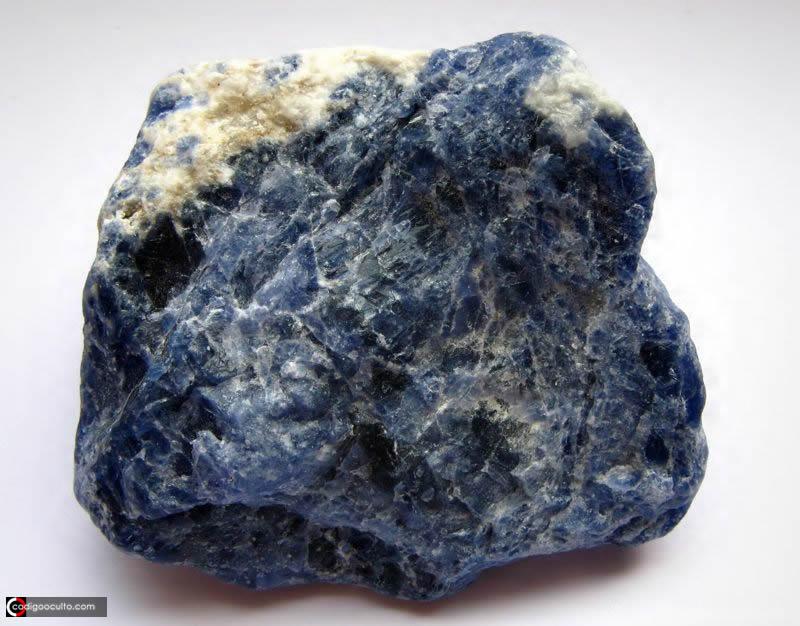 Hackmanita: descubren los secretos de cómo esta roca natural brilla en la oscuridad