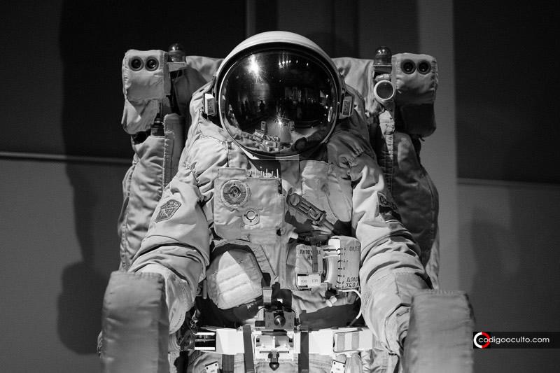 El «Documento Desclasificado» sobre Neil Armstrong... ¿Una relación con los Hombres de Negro?