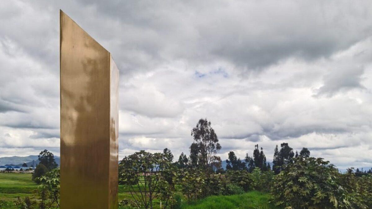 Reportan aparición de un cuarto monolito. Ahora es dorado y está en Colombia