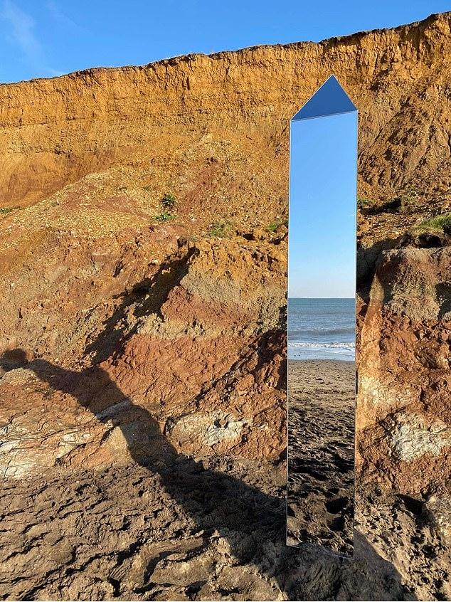 Monolito reflectante aparece en Isla Wight en Reino Unido