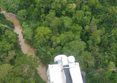 Una vista de la selva amazónica desde el helicóptero durante la encuesta LiDAR