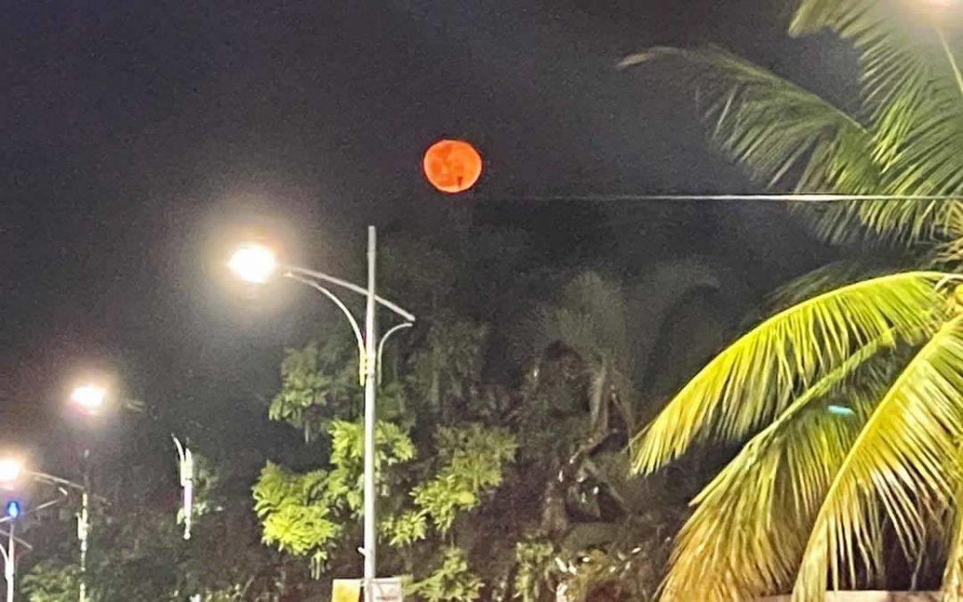 Luna roja aparece en cielo de Taiwán (China) el primer día del año 2021, alarmando a residentes