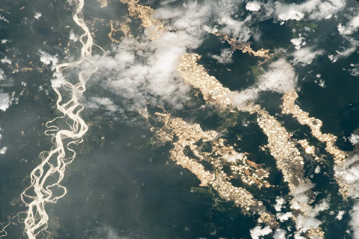 «Ríos de oro» surcan la Amazonía de Perú, en fotografía de NASA