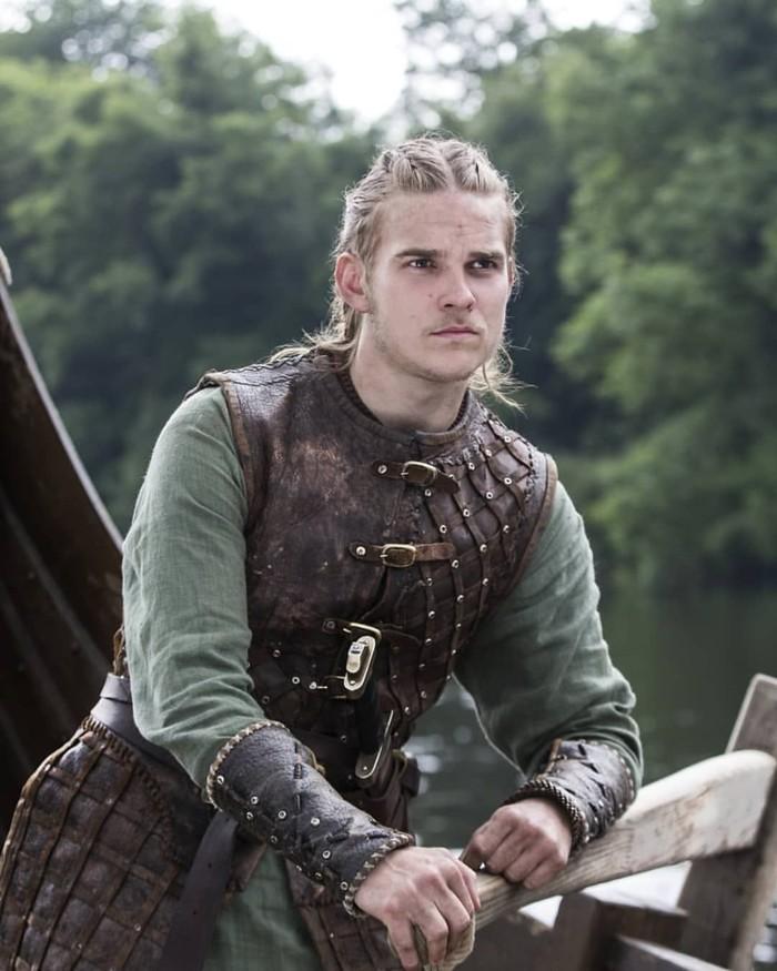 El personaje Hvitserk, probablemente un apodo de Halfdan, en la serie Vikings