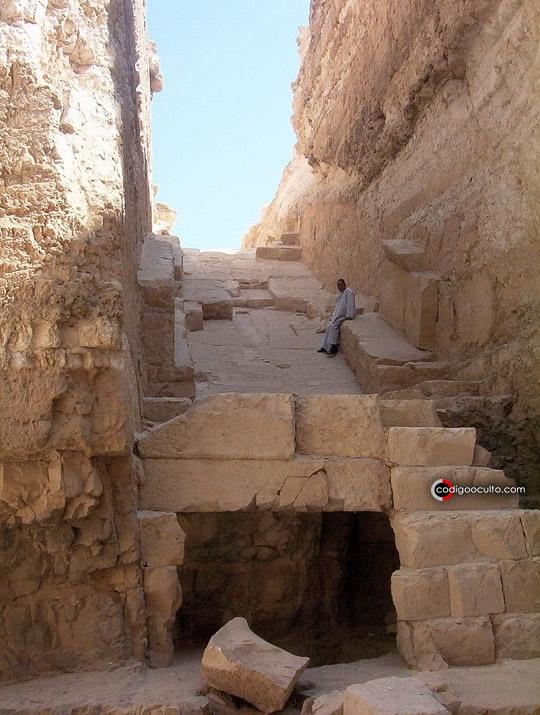 El guardia de Abu Rawash descansa a la sombra del foso de la pirámide de Djedefre