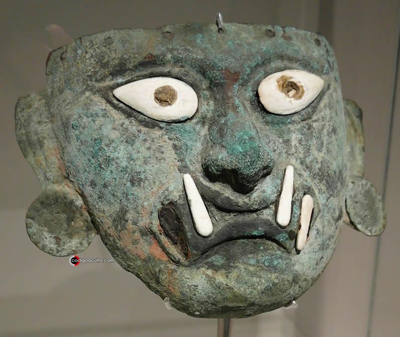 Máscara mochica en bronce y concha que representa al héroe Ai Apaec
