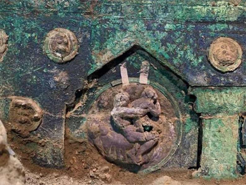 Un motivo decorativo de bronce en el carro ceremonial hallado en Pompeya que representa una escena erótica