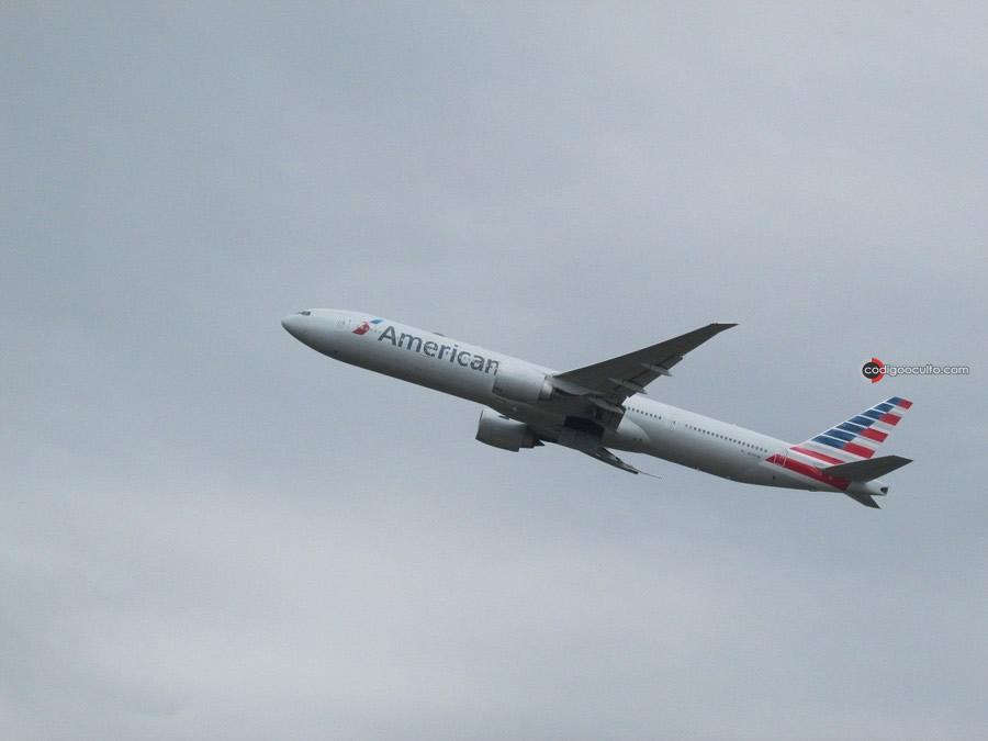 Avión de pasajeros de American Airlines se encuentra con un OVNI