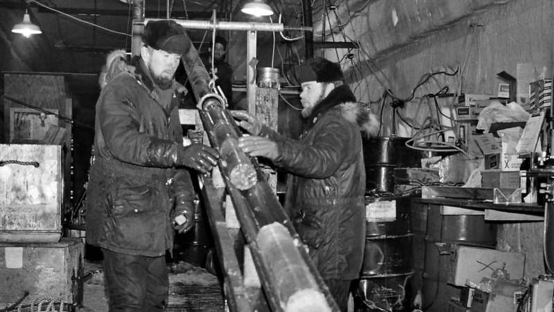 Los ingenieros del Cold Regions Research and Engineering Laboratory capturaron un núcleo de hielo en Camp Century, Groenlandia, alrededor de 1966