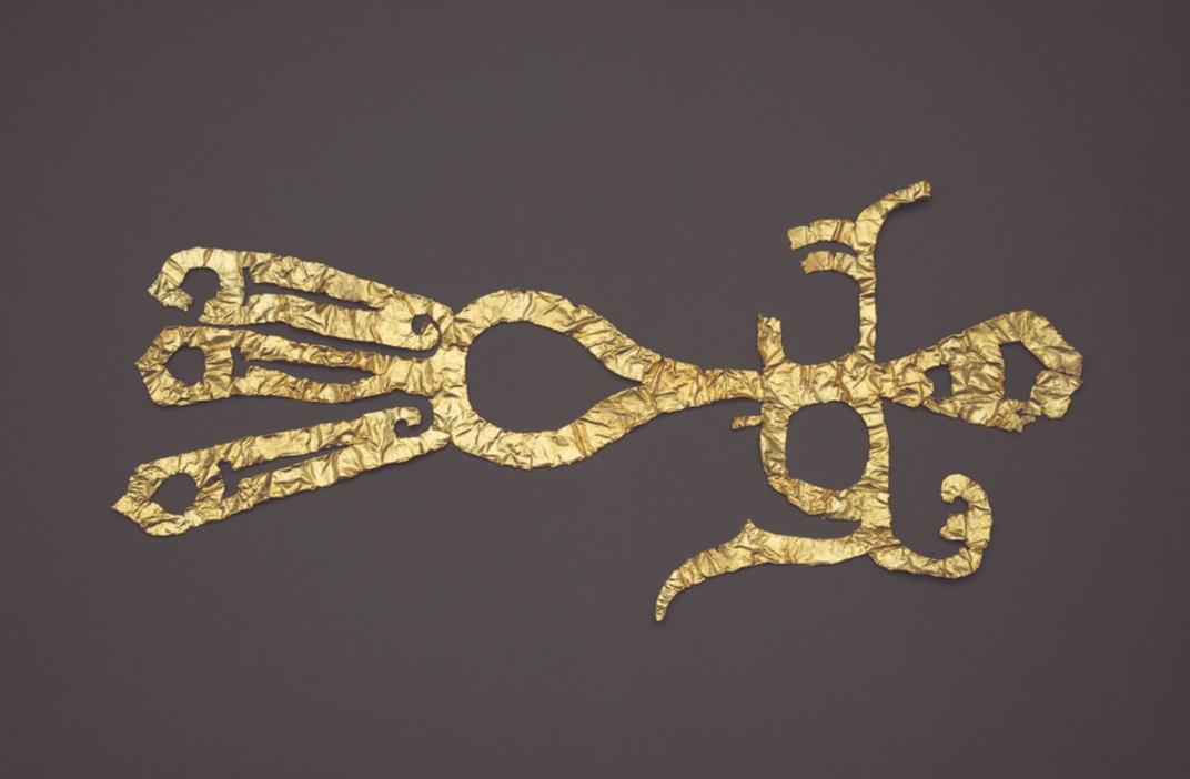 Adorno de oro en forma de pájaro