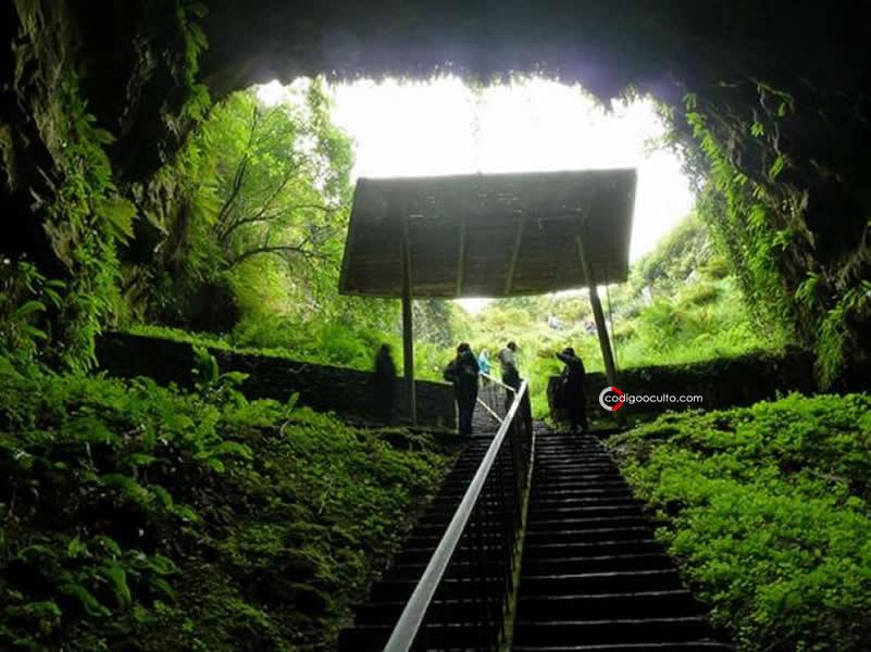 Mirando desde la oscura cueva de Dunmore, Irlanda