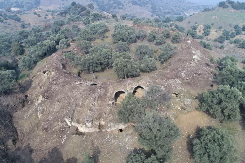 Una vista aérea muestra la arena de la época romana que sobresale de una zona montañosa en Mastaura, Turquía