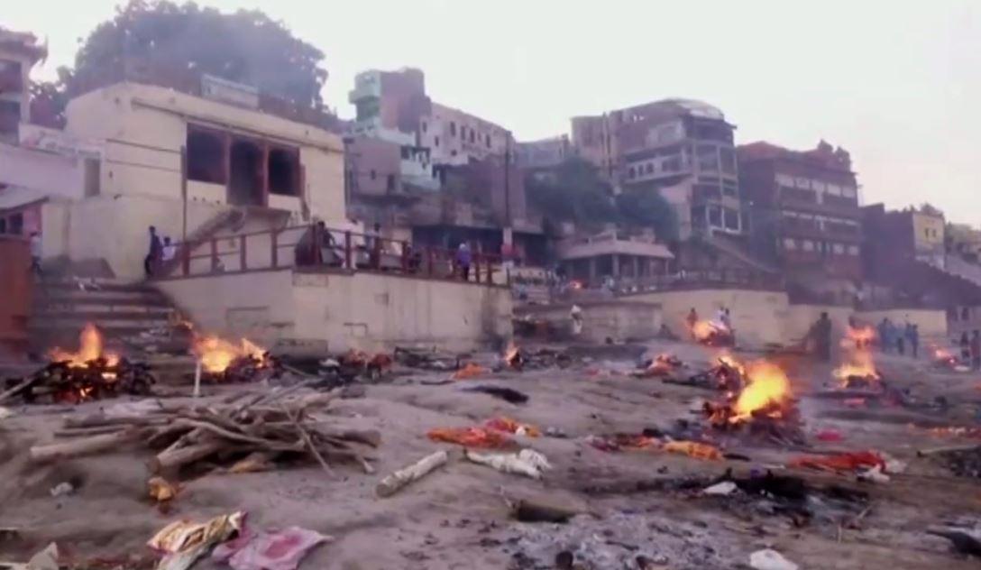 Piras con víctimas de la pandemia en plena calle de la India