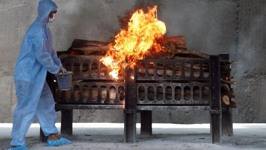 Un crematorio en la India donde las víctimas de la pandemia son colocadas