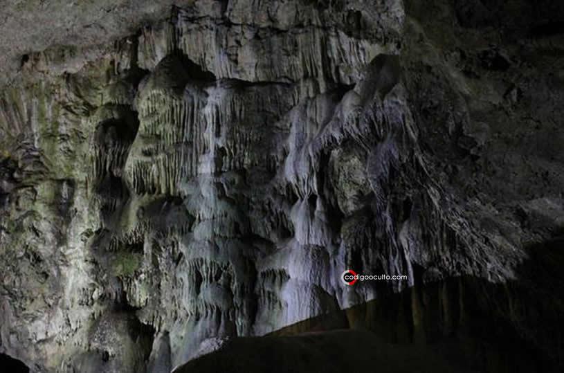 Las paredes de textura rica de la cueva Dunmore están creadas por formaciones de calcita