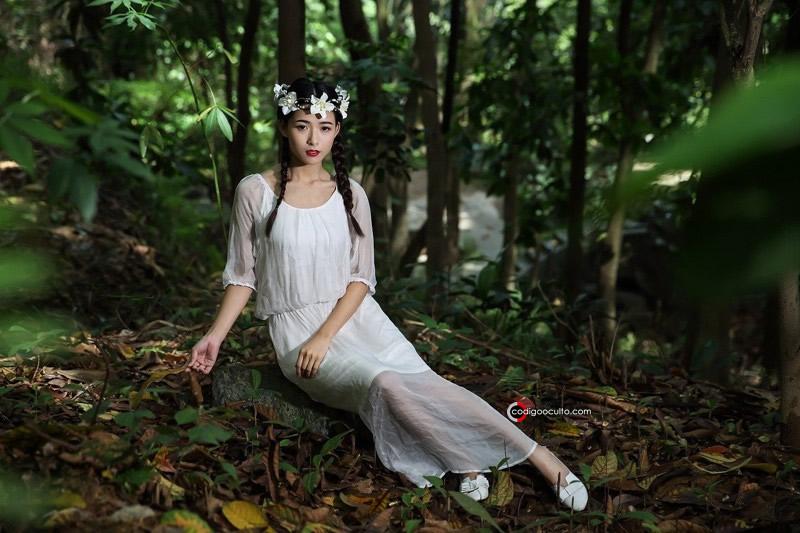 Dama de blanco en el bosque
